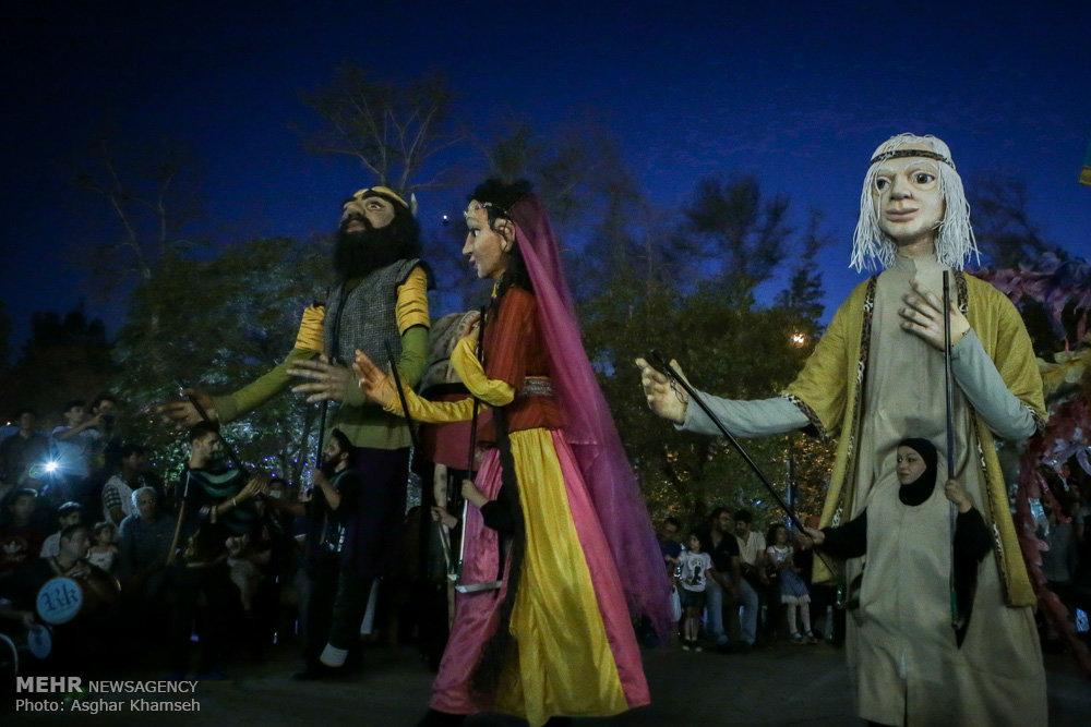 نمایش عروسک های غول پیکر اروندی